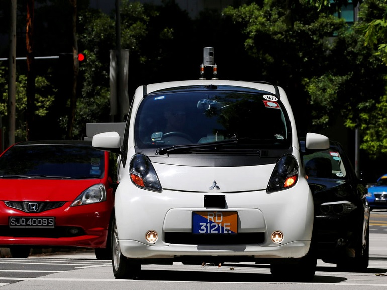 Un taxi autonome nuTonomy percute un camion