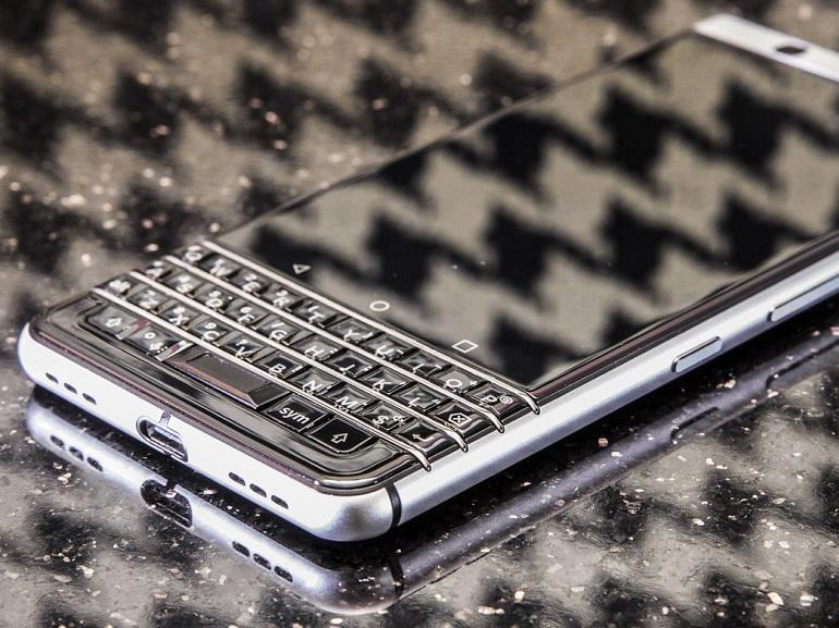 CES 2017 : avec son BlackBerry à clavier DTEK 70, TCL s'offre une vitrine haut de gamme