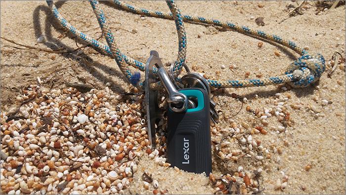 Clé USB dans le sable