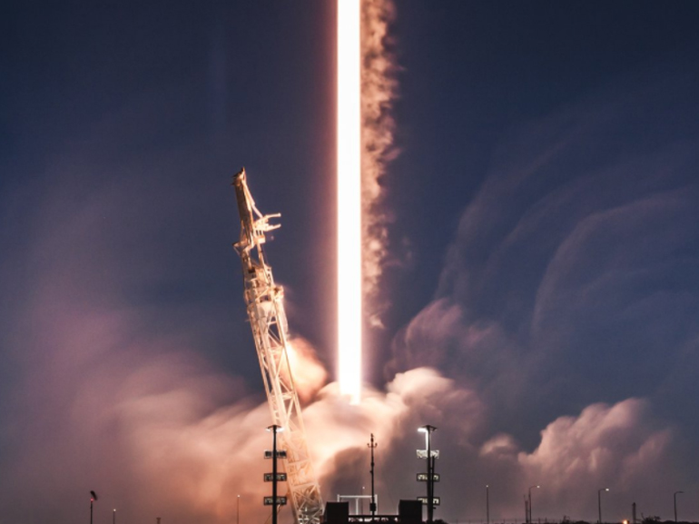 Internet par satellite : SpaceX lance les premiers engins de sa constellation Starlink