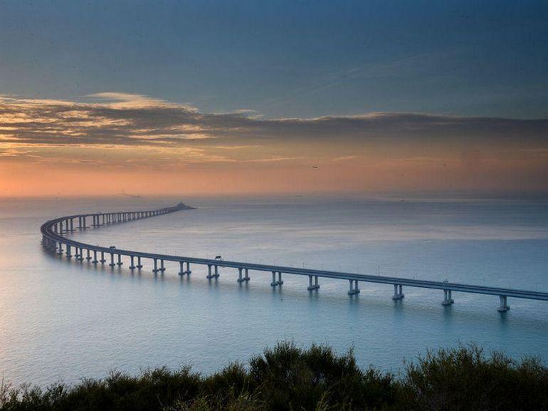 La Chine ouvre le plus long pont maritime du monde : 55 km et des « caméras de bâillement »