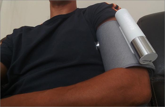 Tensiomètre en place sur le bras