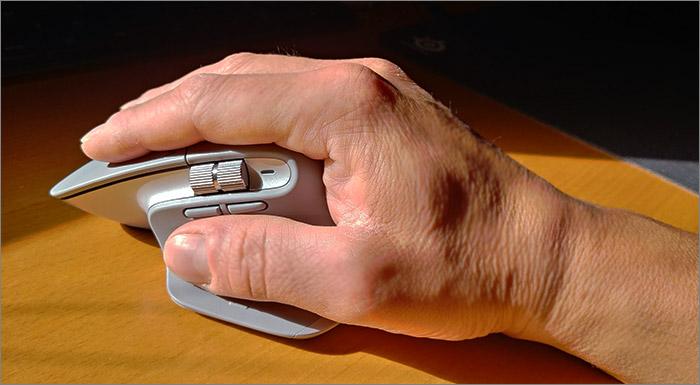 une main sur la souris