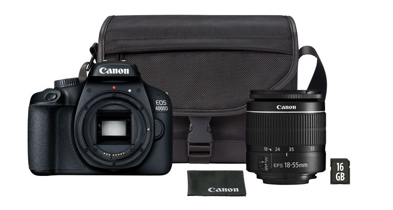 Pack Canon EOS 4000D comprenant un objectif EF-S 18-55 mm III, une carte SD de 16 Go et un sac de transport. Photo packshot.
