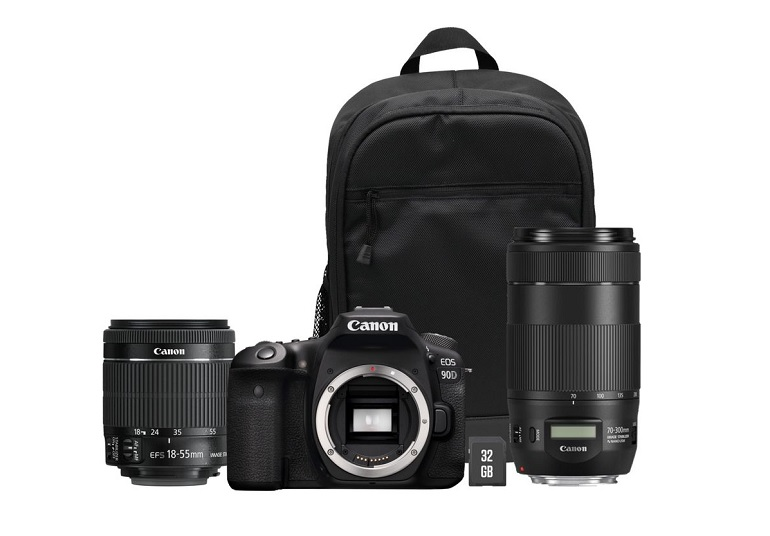 Bundle Canon EOS 90D comprenant un objectif EF-S 18-55 mm f/3.5-5.6 IS STM, un EF 70-300 mm f/4-5.6 IS II USM, un sac à dos pour le transport et une carte mémoire de 32 Go. Photo packshot.