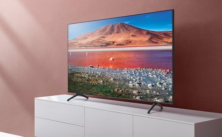 le téléviseur Samsung UE50TU7125 dans un intérieur de maison