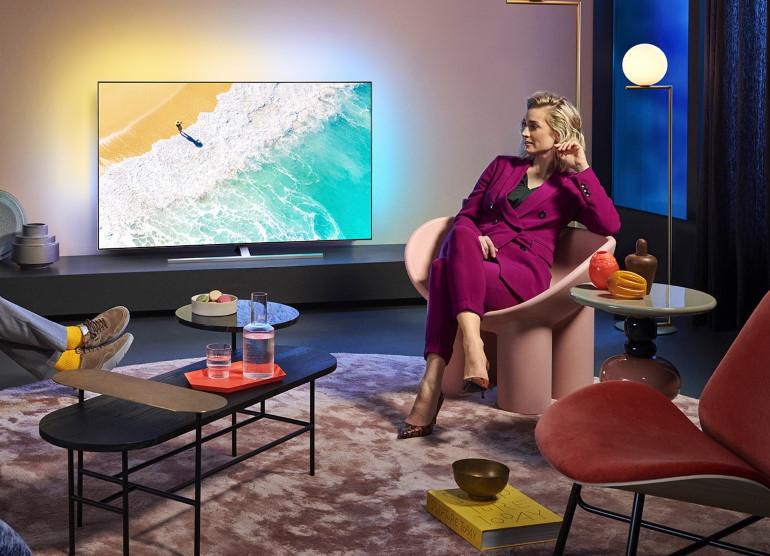 Effet Ambilight vu d'un téléviseur Philips OLED 855. Image lifestyle.