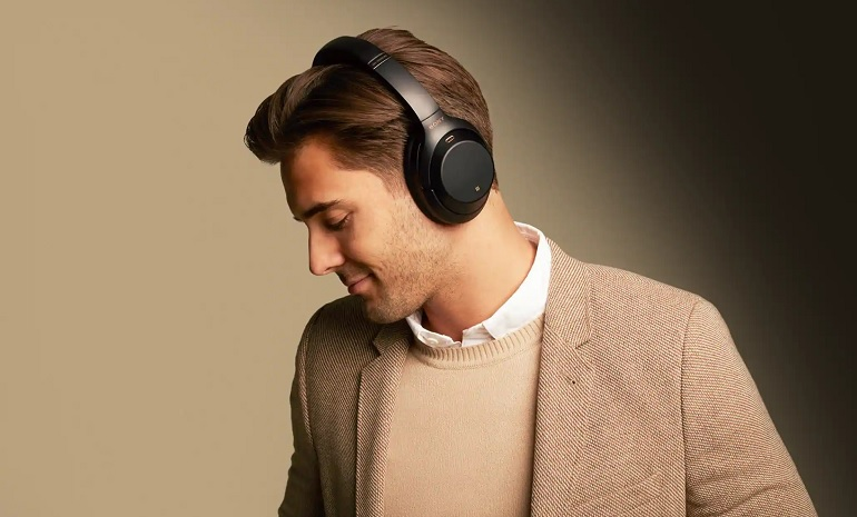 Le casque audio Bluetooth Sony WH-1000XM4. Photo lifestyle.