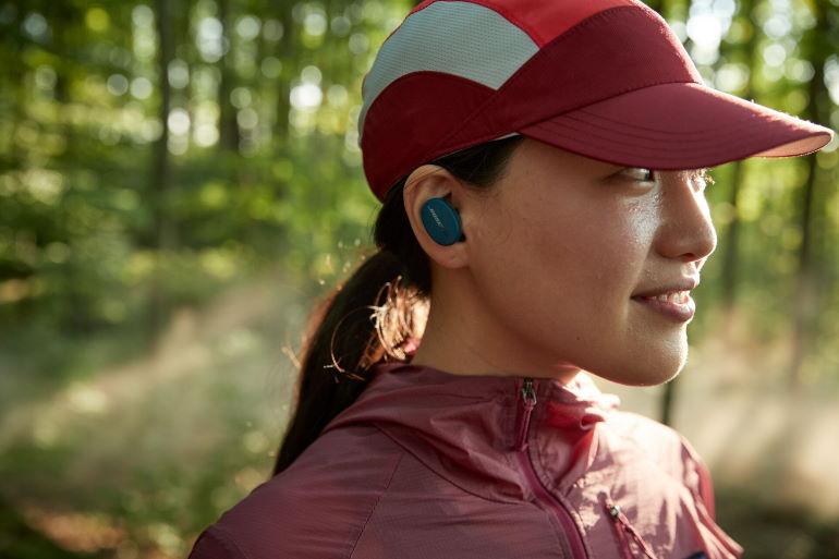 Les Sport Earbuds ne craignent ni la transpiration ni les projections d'eau avec leur certificationIPX4.