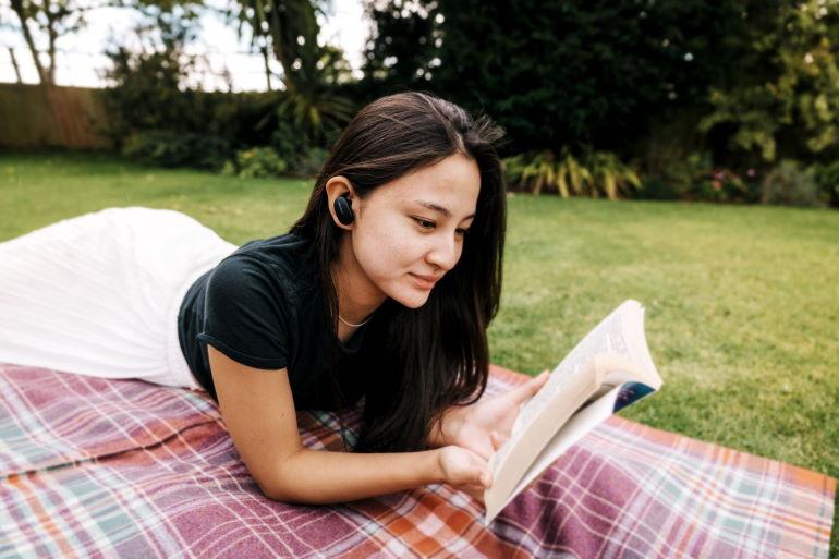Le son du QuietComfort Earbuds reste toujours équilibré grâce à un dispositif d'égalisation ajustant automatiquement les basses et les aigus.