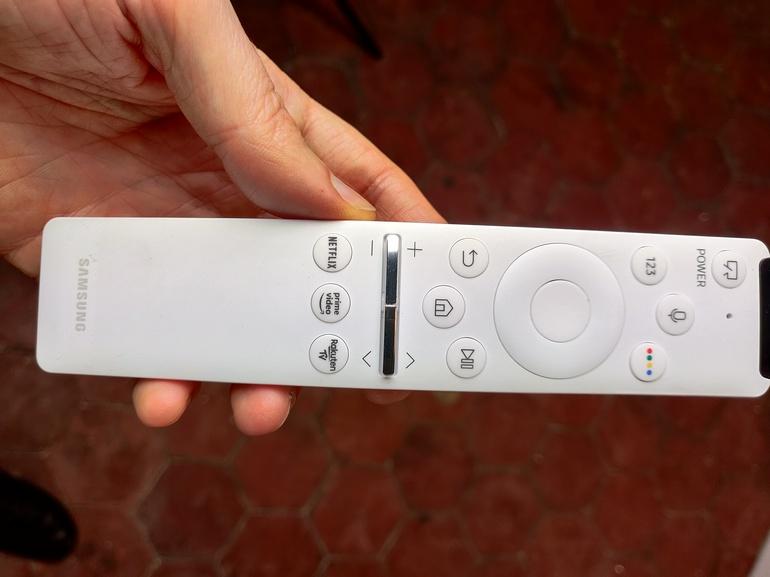 La petite télécommande tient bien en main