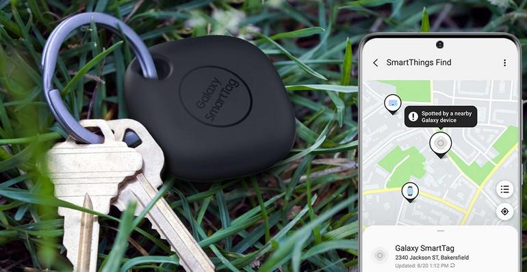Une balise Bluetooth Samsung Galaxy SmartTag accrochée à un trousseau de clés perdu dans l'herbe