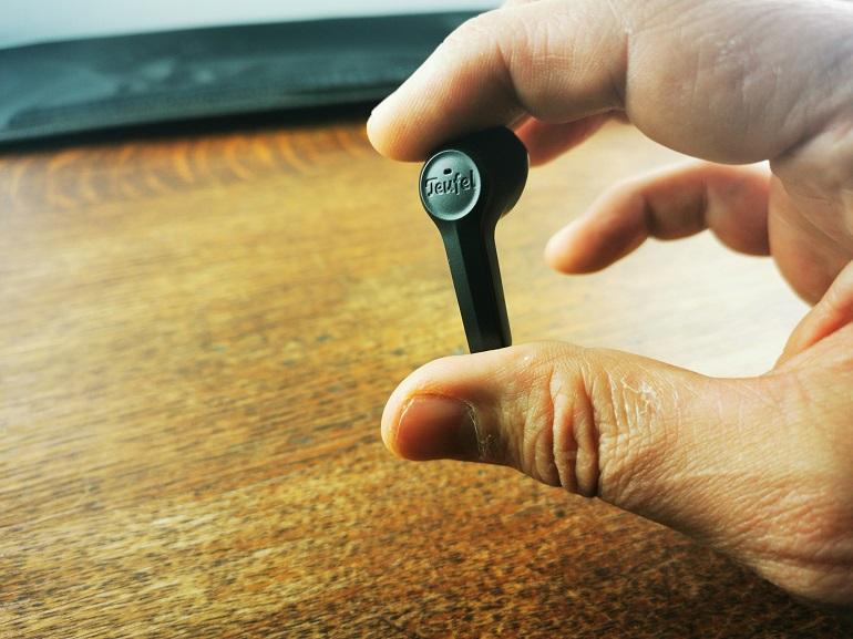 Teufel Airy Wireless, les écouteurs tenus en main
