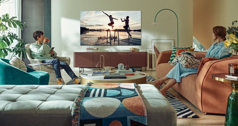Téléviseurs Samsung Neo QLED, les angles de vision, deux personnes regardent la TV sans être gênées par les angles de vision ou les reflets
