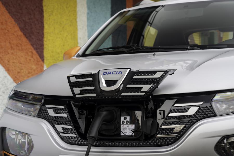 Pour recharger la Dacia Spring, il suffit de se doter du câble fourni à brancher à une prise de courant murale classique de 10A