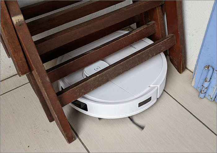 Passage sous une chaise