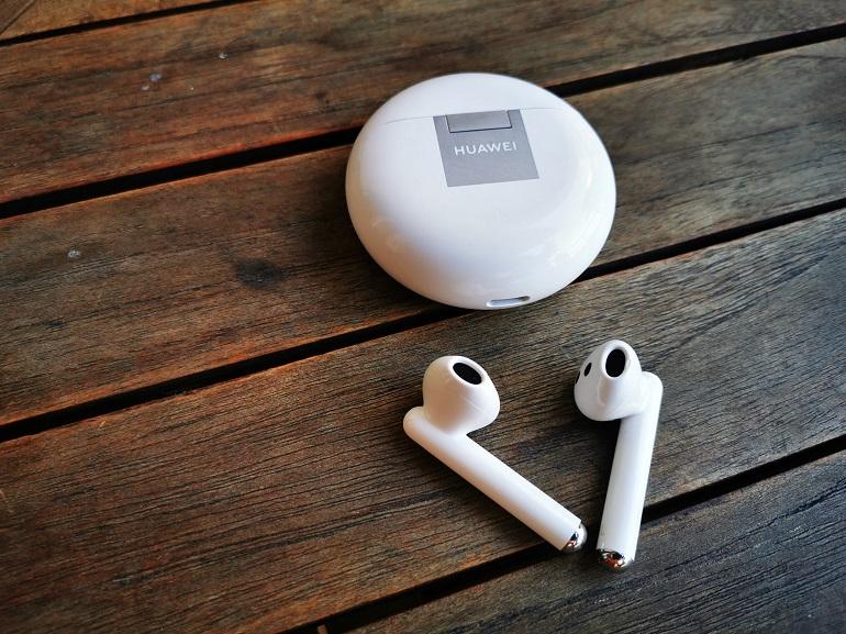 Huawei FreeBuds 4 les écouteurs avec le boitier fermé