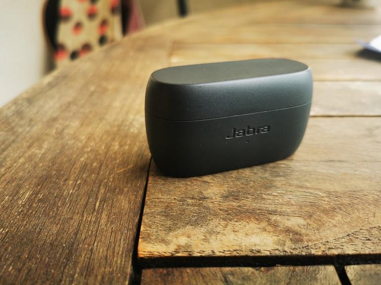 le boitier chargeur des écouteurs Jabra Elite 3