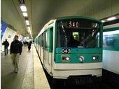 Les Français accros à leur smartphone dans les transports