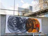 Street art : l'artiste italien Moneyless au travail à Paris