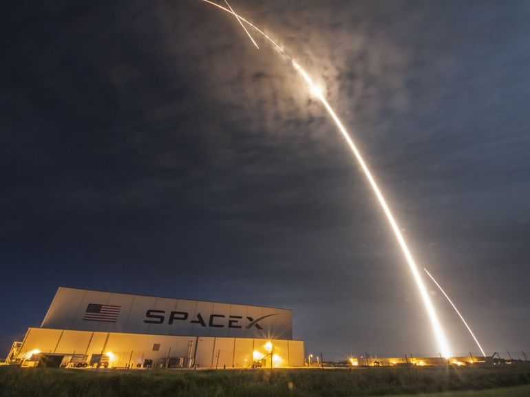 SpaceX : deux premiers touristes autour de la Lune en 2018
