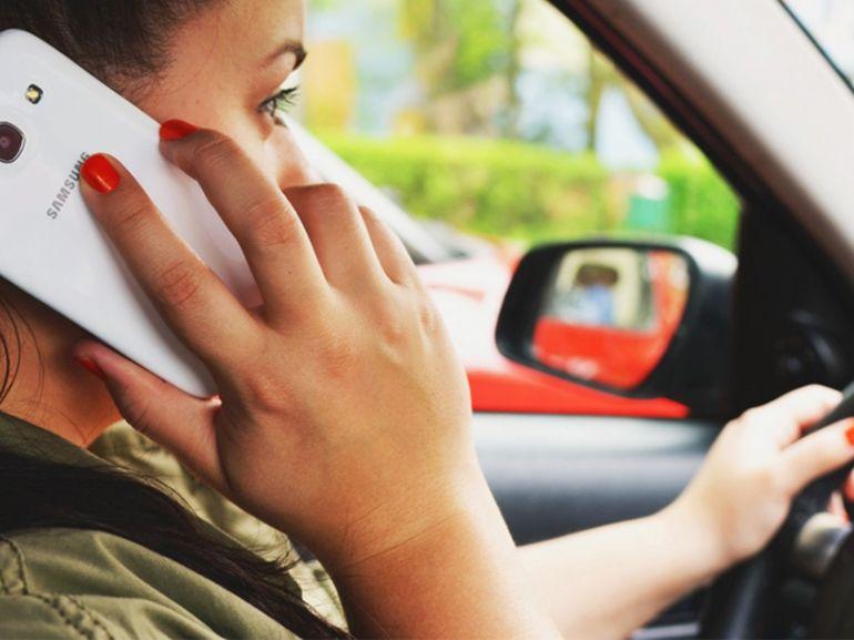 7 Français sur 10 reconnaissent utiliser leur smartphone au volant
