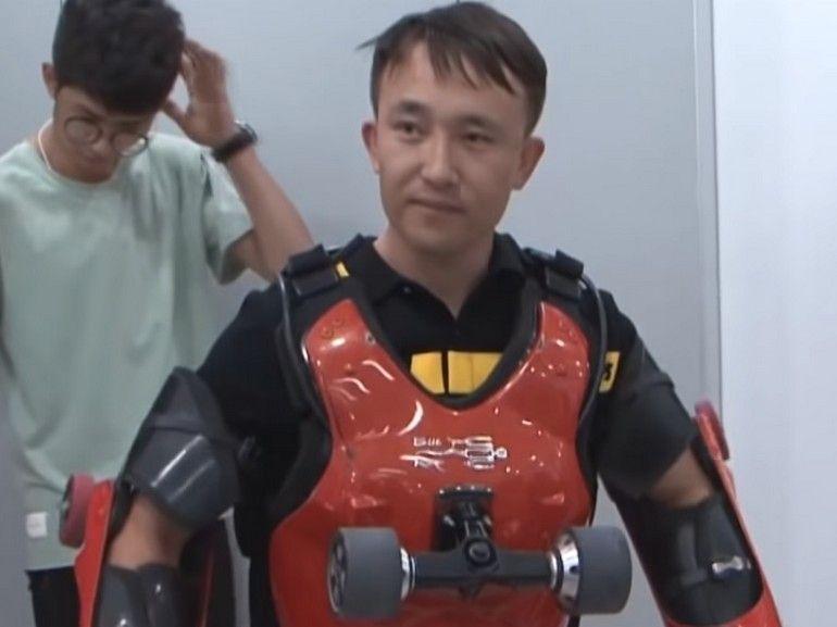 Roller humain : ce chinois teste sa combinaison à roulettes au beau milieu du trafic