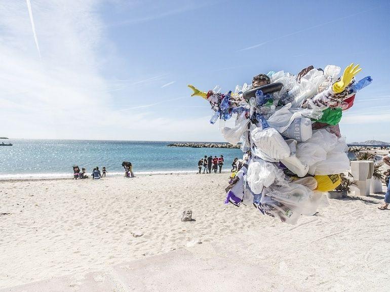 Une machine transforme le plastique en essence et gazole... et elle est française