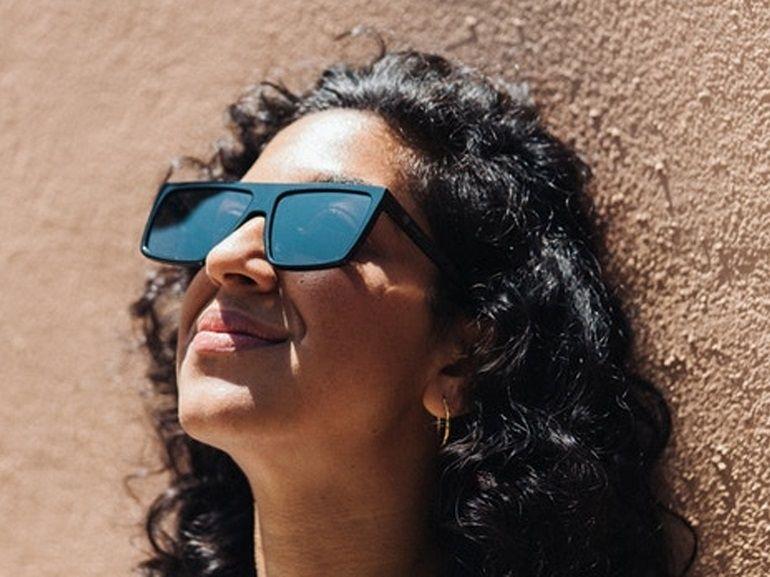 """Ces lunettes de soleil """"digital detox"""" font disparaître les écrans"""