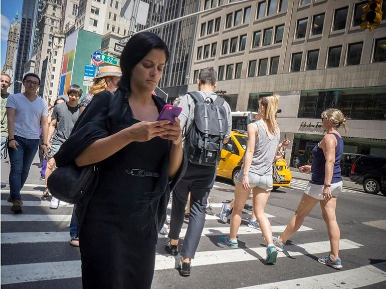 """Un passage piéton connecté pour protéger les """"zombies du smartphone"""""""