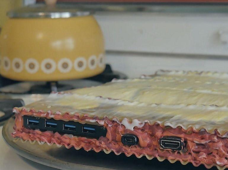 Il construit un ordinateur avec des pâtes, juste parce que c'est possible