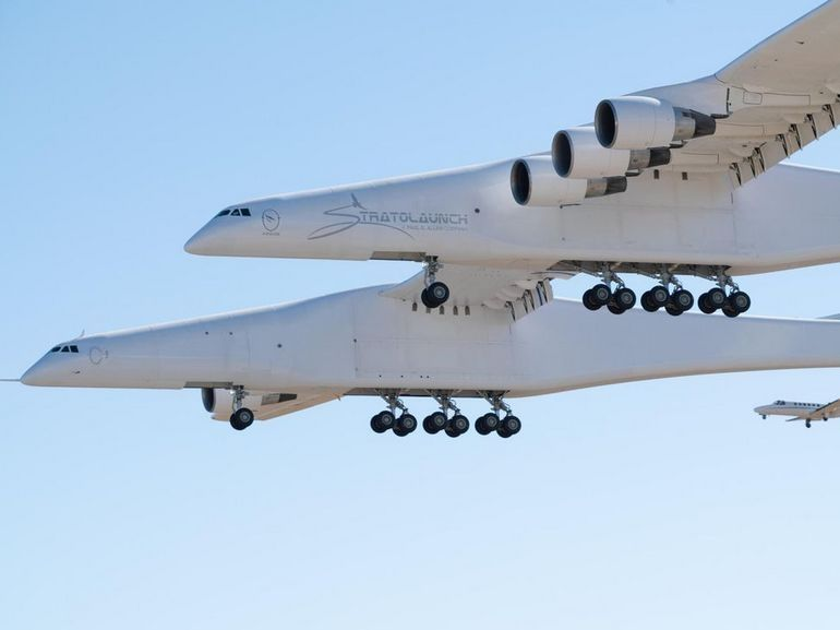 Stratolaunch, le plus grand avion du monde, réussit son baptême de l'air