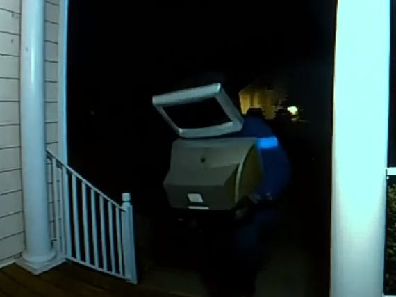 États-Unis : un homme avec un TV sur la tête laisse des écrans à l'entrée des maisons