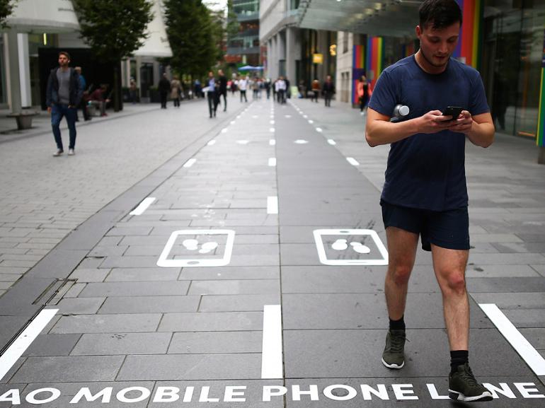 Cette voie de circulation est réservée aux piétons accaparés par leur smartphone
