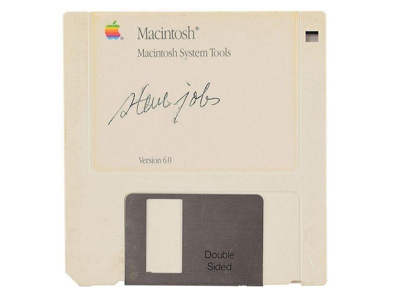 Une disquette signée par Steve Jobs et estimée à 7 500 dollars se vend au prix fort