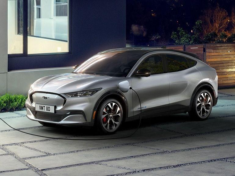 """La Ford Mustang passe à l'électrique : une silhouette de SUV et jusqu'à 465 ch sous le """"capot"""""""