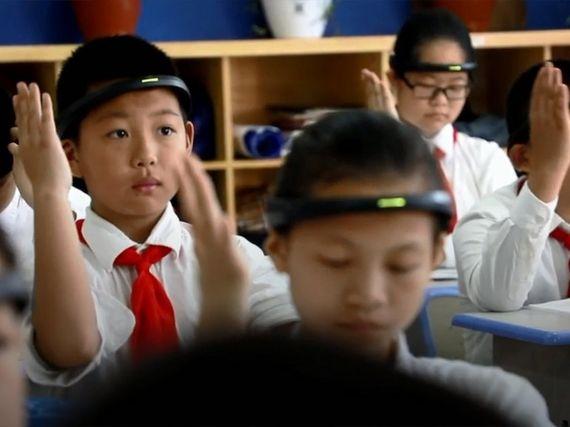 """En Chine, des capteurs d'ondes cérébrales pour """"aider"""" les élèves à se concentrer"""