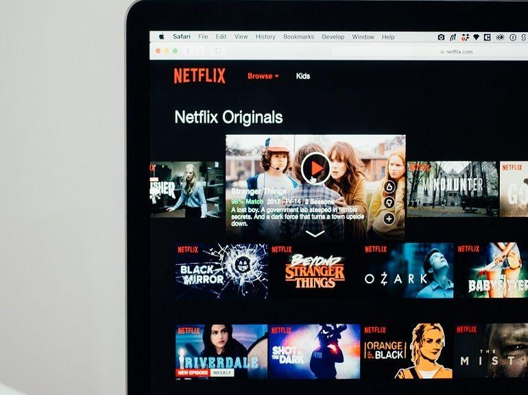 Netflix : 3 séries et films parfaits pour se changer (un peu) les idées et s'évader ce week-end