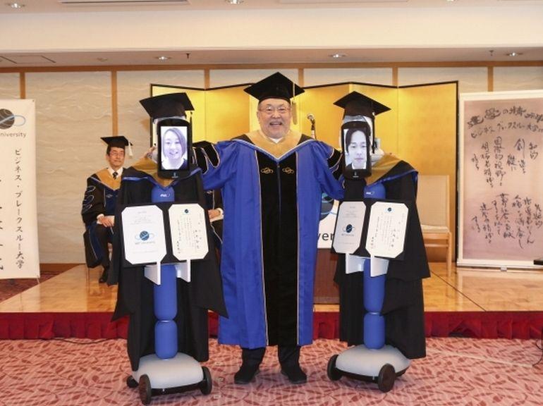 Des robots remplacent les étudiants confinés lors de leur cérémonie de remise des diplômes