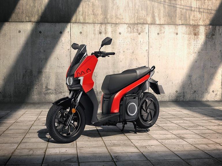 SEAT se lance dans la mobilité urbaine avec un scooter et une trottinette électrique