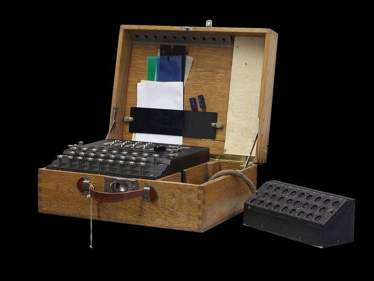 Des plongeurs récupèrent une machine Enigma que les nazis ont fait couler dans la mer Baltique en 1945