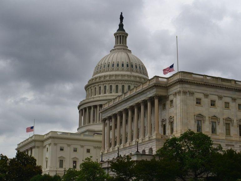 """Facebook bloque Donald Trump """"indéfiniment"""" suite aux violences dans le Capitole"""