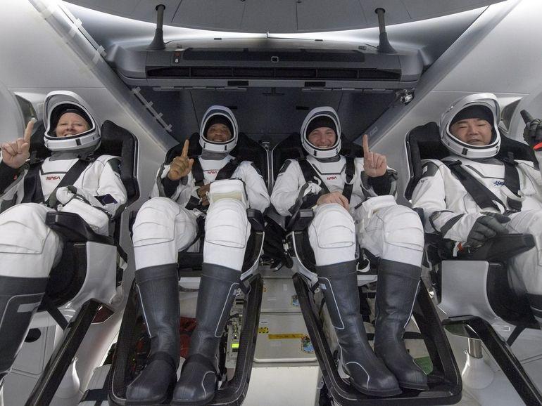Les astronautes du Crew-1 de SpaceX reviennent sur Terre lors d'un amerrissage nocturne historique