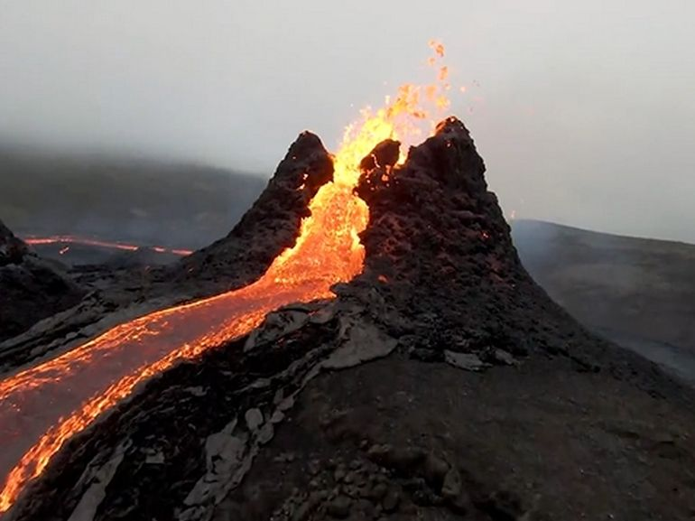 L'éruption du volcan islandais Fagradalsfjall filmée par un drone