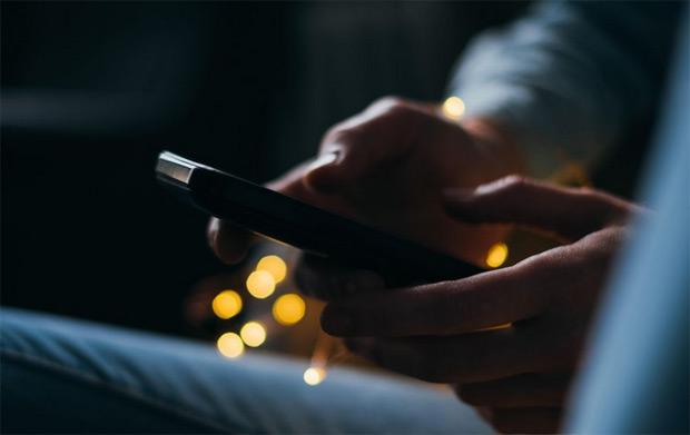 Lumière bleue des smartphones et tablettes : attention les yeux