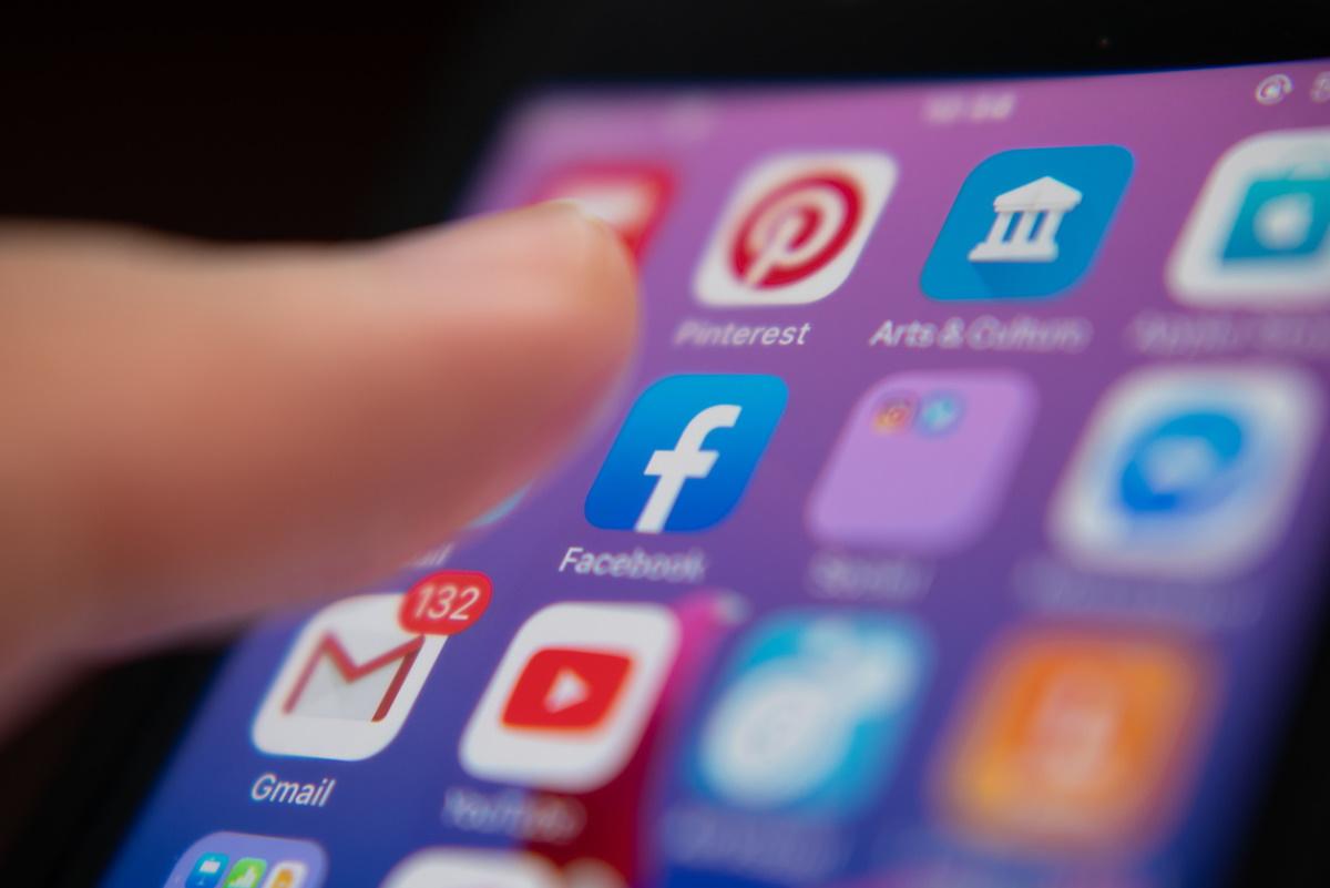 Modération de contenu: Facebook fait barrage à des groupes complotistes