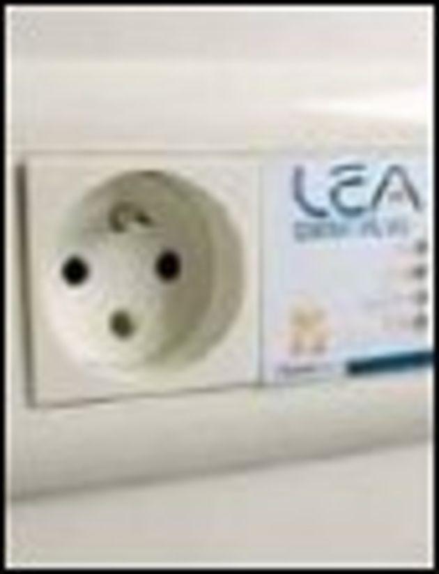 Legrand, ST Micro et LEA testent une prise électrique avec module CPL intégré