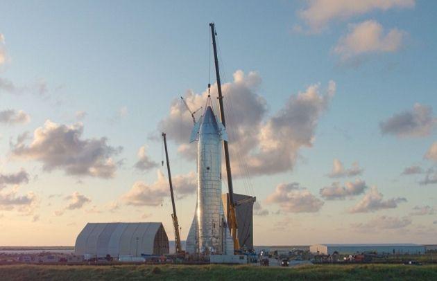 Elon Musk présente le nouveau vaisseau de SpaceX en grande pompe