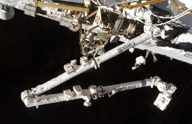 Vidéo: Un débris spatial percute le Canadarm2 d'ISS